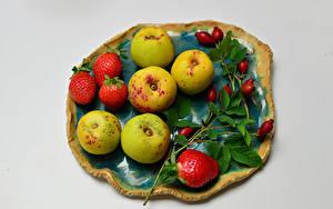 Desktop hintergrundbilder Erdbeeren Äpfel Grauer Hintergrund Ast Hagebutte das Essen