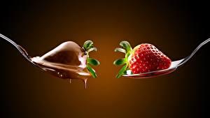 Hintergrundbilder Erdbeeren Beere Schokolade Löffel Zwei Farbigen hintergrund Lebensmittel