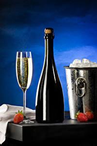 Fotos Erdbeeren Schaumwein Eimer Flasche Weinglas Eis Lebensmittel