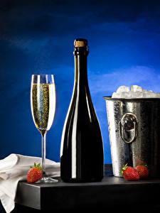 Fotos Erdbeeren Champagner Eimer Flaschen Weinglas Eis Lebensmittel