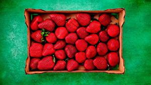Bilder Erdbeeren Farbigen hintergrund Schachtel Lebensmittel