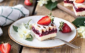 Bilder Erdbeeren Nachtisch Obstkuchen Stücke Teller Löffel