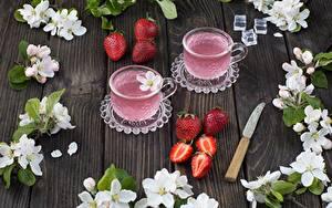 Fotos Erdbeeren Getränke Messer Tasse Tisch