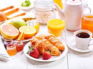 Fotos Erdbeeren Saft Kaffee Croissant Frühstück das Essen