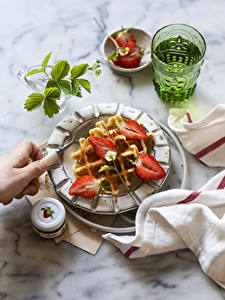 Desktop hintergrundbilder Erdbeeren Waffeln Teller Trinkglas Lebensmittel