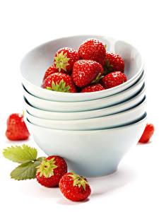 Fotos Erdbeeren Weißer hintergrund Teller Lebensmittel