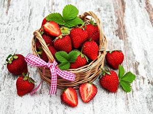 Bilder Erdbeeren Weidenkorb das Essen