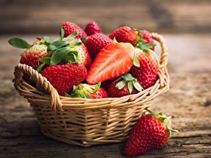Desktop hintergrundbilder Erdbeeren Weidenkorb Lebensmittel