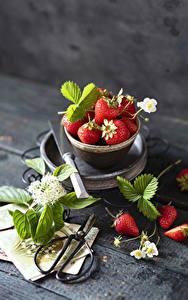 Hintergrundbilder Erdbeeren Bretter Blatt Schüssel Lebensmittel