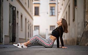 Hintergrundbilder Straße Sitzend Die Hose Bluse Unscharfer Hintergrund junge Frauen