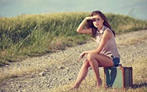 Bilder Koffer Braune Haare Sitzend Starren Hand Bein Mädchens