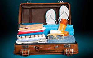 Bilder Koffer Brille Flipflop Buch