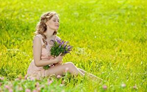 Hintergrundbilder Sommer Blumensträuße Gras Bokeh Blond Mädchen Sitzend Mädchens