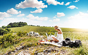 Fotos Sommer Felder Himmel Gras Picknick Blond Mädchen Der Hut Sitzend