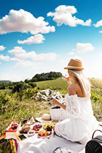 Bakgrunnsbilder Sommer Picnic Blonde Sitter Hatt Vinglass Unge_kvinner