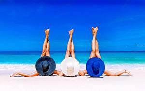 Bilder Sommer Meer Strand Liegen Drei 3 Bein Hand Ausruhen junge frau