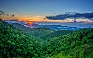 Hintergrundbilder Sonnenaufgänge und Sonnenuntergänge Landschaftsfotografie Gebirge Wälder Himmel Sonne Natur