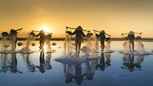 Fotos Morgendämmerung und Sonnenuntergang Asiaten Arbeitet Der Hut Salz