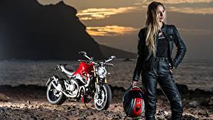 Fotos Morgendämmerung und Sonnenuntergang Unscharfer Hintergrund Helm Blondine Motorradfahrer