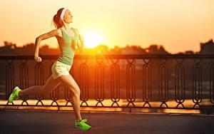 Hintergrundbilder Sonnenaufgänge und Sonnenuntergänge Zaun Laufen Lächeln Unterhemd Bein Turnschuh Mädchens