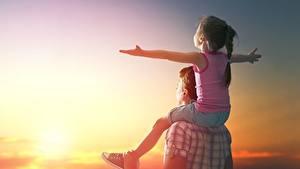Fotos Morgendämmerung und Sonnenuntergang Mann Kleine Mädchen Hand Sitzen Freude Kinder