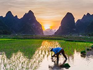 Hintergrundbilder Sonnenaufgänge und Sonnenuntergänge Gebirge Felder Asiatische Der Hut Arbeit Natur