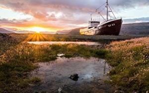 Bilder Sonnenaufgänge und Sonnenuntergänge Schiff Lichtstrahl Gras Sonne