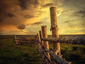 Desktop hintergrundbilder Sonnenaufgänge und Sonnenuntergänge Himmel Gras Zaun Hölzern Natur
