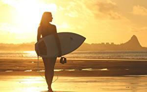 Fonds d'écran Levers et couchers de soleil Surf Plages Silhouette Filles