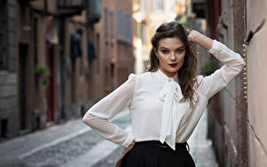 Fotos Posiert Unscharfer Hintergrund Bluse Hand Braune Haare Starren Susanna junge frau