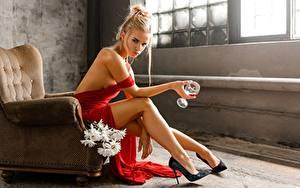 Fotos Bein High Heels Sitzen Sessel Weinglas Hand Posiert Blond Mädchen Svetlana, Evgeny Markalev junge Frauen