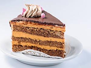 Bilder Süßigkeiten Torte Grauer Hintergrund Teller Stücke Lebensmittel
