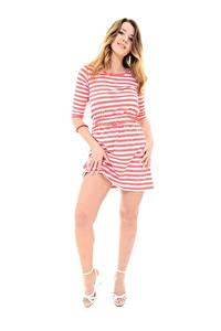 Bilder Sybil A Weißer hintergrund Lächeln Dunkelbraun Kleid Pose Hand Bein High Heels junge Frauen