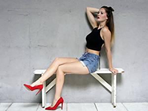Hintergrundbilder Bank (Möbel) Sitzend Bein High Heels Shorts Unterhemd Sylvana junge frau