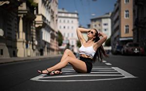 Hintergrundbilder Unscharfer Hintergrund Sitzend Bein Rock Unterhemd Pose Asphalt Tamara junge Frauen