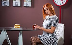 Hintergrundbilder Tee Törtchen Tisch Rotschopf Sitzend Kleid Frühstück Mädchens