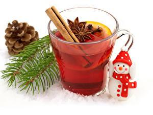 Bilder Tee Sternanis Weißer hintergrund Tasse Zapfen Ast Schneemänner Lebensmittel