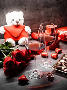 Desktop hintergrundbilder Teddybär Sträuße Rosen Bonbon Valentinstag Wein Herz Weinglas Blumen