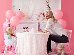 Bilder Knuddelbär Feiertage Geburtstag Tisch Stühle Kugeln Blondine Sitzt