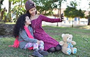 Bilder Teddybär Mutter Gras Zwei Brünette Mütze Sitzt Selfie Lächeln Kleine Mädchen kind