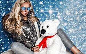 Fotos Teddybär Schnee Blondine Sitzt Brille Jacke junge frau