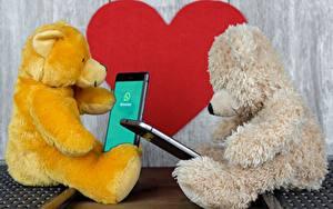 Fotos Teddy 2 Sitzt Smartphones Herz