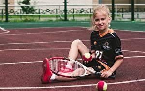Hintergrundbilder Tennis Ball Kleine Mädchen Lächeln Sitzt Uniform sportliches Kinder