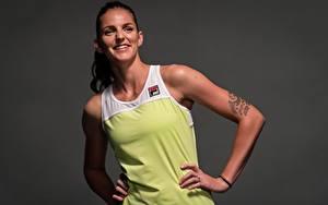 Bilder Tennis Pose Lächeln Hand Tätowierung Grauer Hintergrund Karolina Pliskova sportliches Mädchens