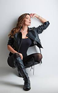Fotos Posiert Sitzend Bein Stiefel Jacke Tere Mädchens