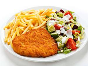Hintergrundbilder Die zweite Gerichten Fleischwaren Fritten Salat Gemüse Weißer hintergrund Teller Lebensmittel