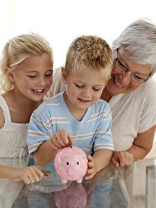Bilder Drei 3 Junge Kleine Mädchen Sparschwein Lächeln Ältere frauen kind