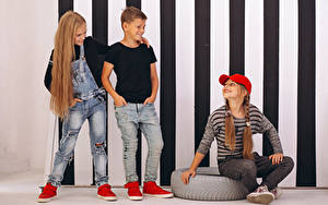 Hintergrundbilder Drei 3 Jungen Kleine Mädchen Lächeln Baseballmütze Haar Jeans