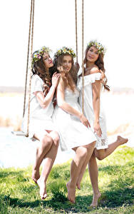 Bilder Drei 3 Braune Haare Schaukel Kleid Bein Schön