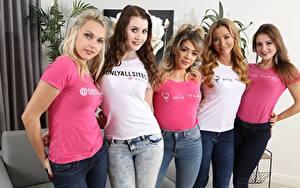 Bilder Tillie Model Natalia Forrest Scarlot Rose Brook Logan Chloe Toy Blondine Braune Haare Starren Lächeln Jeans T-Shirt junge frau